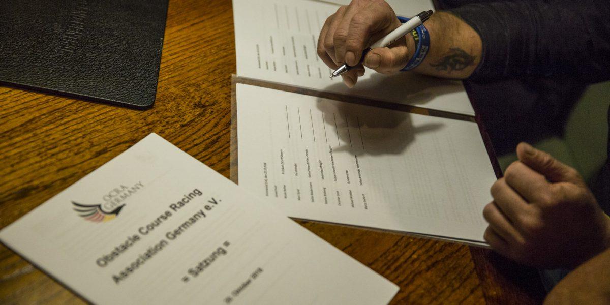 Ein Gründungsmitglied unterschreibt die Satzung der OCRA Germany