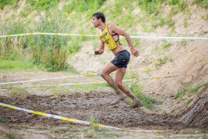 Athlet läuft über Trailstrecke