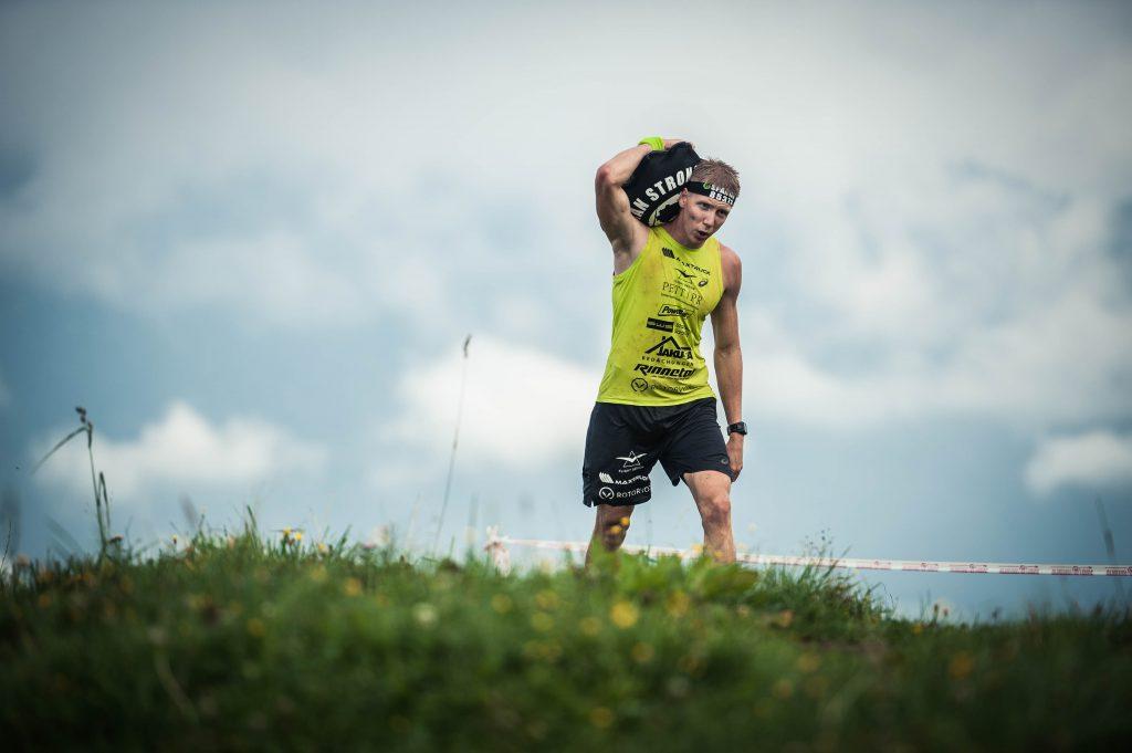 OCR-Athlet trägt Sandsack