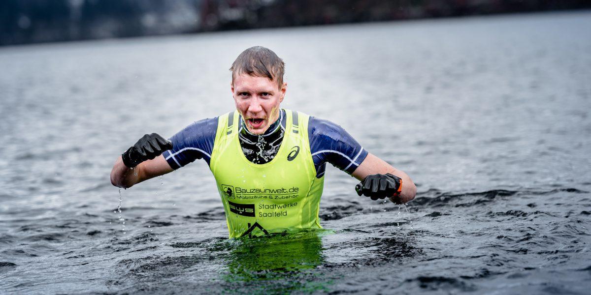Athlet steigt aus dem Wasser