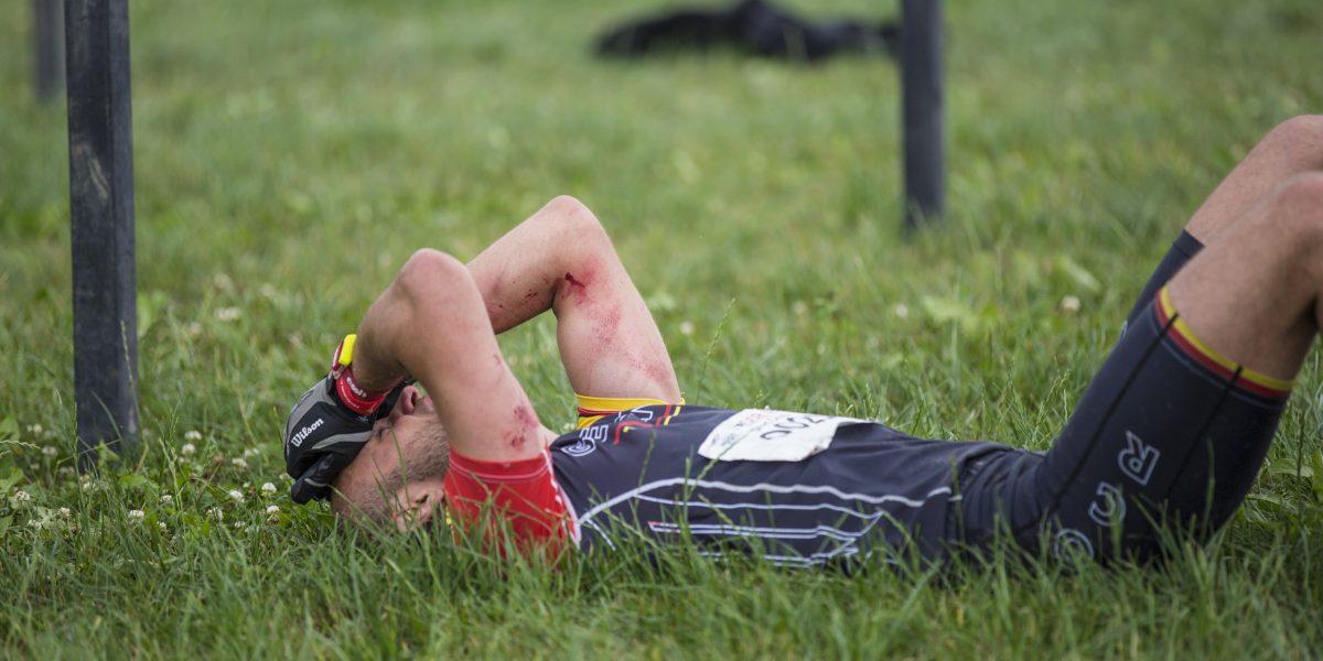 OCR-Sportler bei Europameisterschaft am Boden liegend