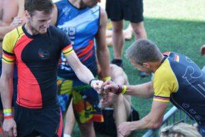 Zwei Athleten der OCRA Germany motivieren sich mit einem Fist Bump